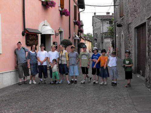הדור הצעיר שבצוות באחת מעיירות איטליה