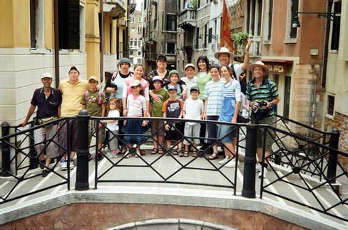 החבורה כולה על אחד מגשרי ונציה