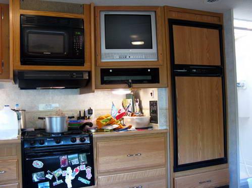 טלביזיה במטבח הקרוואן, מעניינת יותר מהנופים