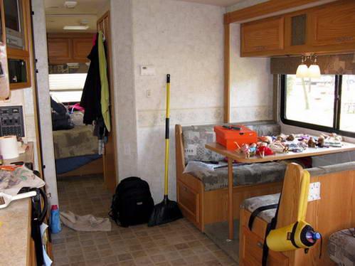בגודל חדר אחד בבית שלנו - פינת האוכל, המטבח, השירותים וחדר ההורים