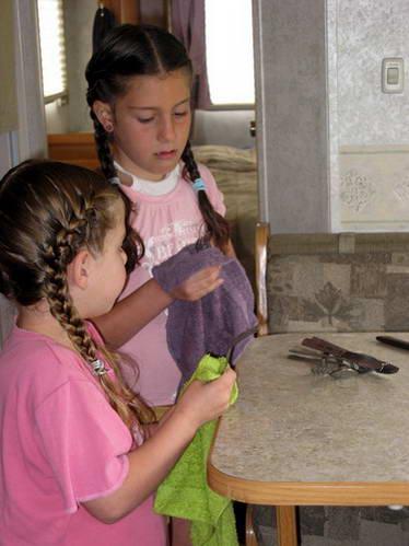 הבנות הצעירות במטבח הקרוואן, הילדים שותפים בכל המטלות
