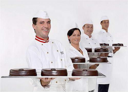 מלצרי מלון זאכר עם העוגה המפורסמת