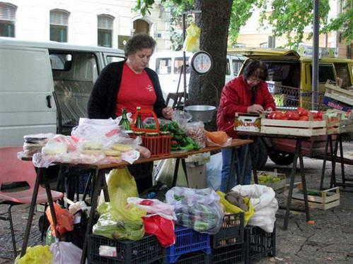הנשים ליד דוכני השוק, בוסניה והרצגובינה