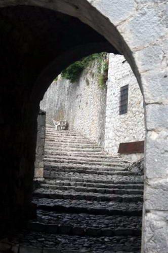 פוצ'יטלי - סמטאות מובילות אל המצודה שבראש ההר