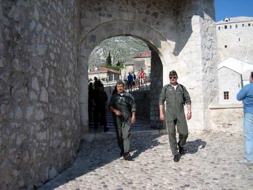 חיילים אוסטרים מהכוח הבינלאומי ליד גשר מוסטר