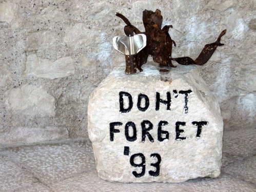אבן זכרון ליד גשר מוסטר שנהרס באותה מלחמה