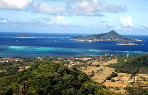 מבט מהאי קריאקו על האי פטיט מרטיניק