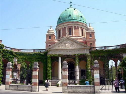 הכניסה לבית הקברות מירוגוי