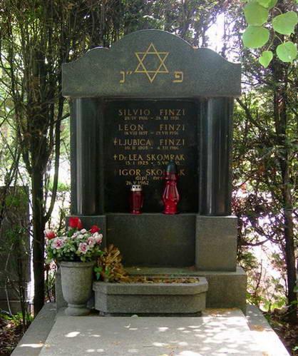 קבר משפחה יהודית בבית הקברות מירוגוי