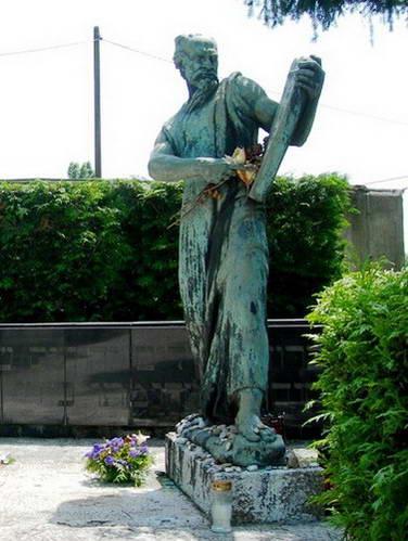 בבית הקברות מירוגוי