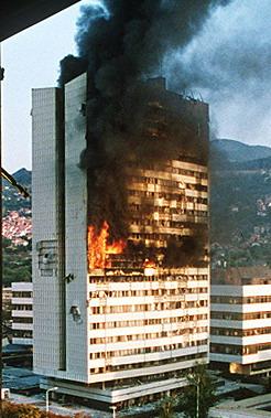 בניין הפרלמנט בסרייבו עולה בלהבות