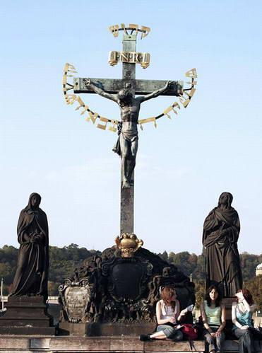 פסל ישו והכיתוב בעברית, צ'כיה