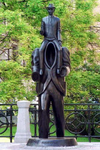 פסל לזכרו של פרנץ קפקא בפראג, צ'כיה