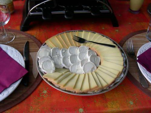 גבינת רקלט וגבינת עיזים לפני שהן מותכות על מתקן הרקלט
