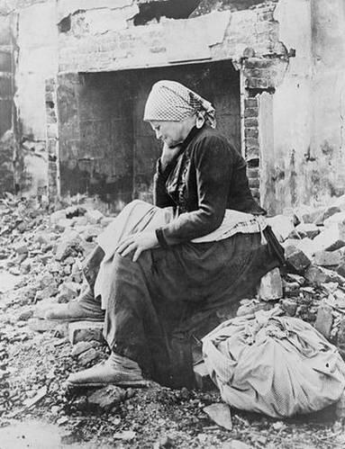 אשה צרפתיה על חורבות ביתה לאחר נסיגת הגרמנים במלחמת העולם הראשונה