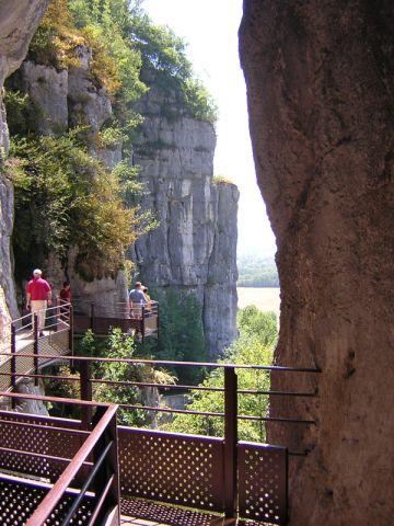 ביציאה ממערת לס אשל, בתוך קניון מוצל ויפה המתאים לפיקניק