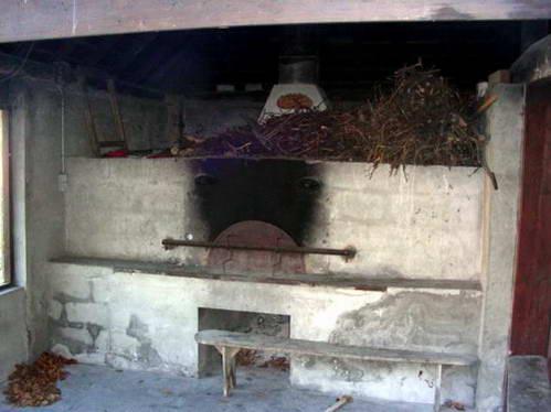 תנור הכפר, אפיית לחם בליווי רכילות