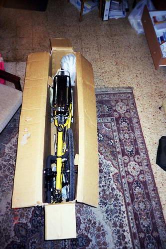 אריזת האופניים בארגז קרטון בבית