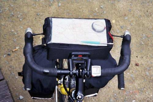 הקוקפיט (תא הטייס), מצויד במד מרחק\ספידומטר, מפה, מצפן ועט