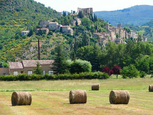 חבל פרובנס, כפר ציורי תלוי על מדרון ההר