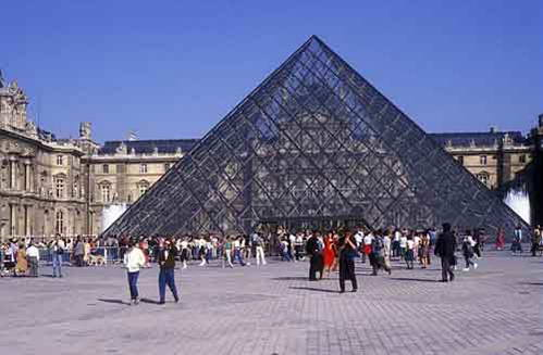 מוזיאון הלובר והפירמידה