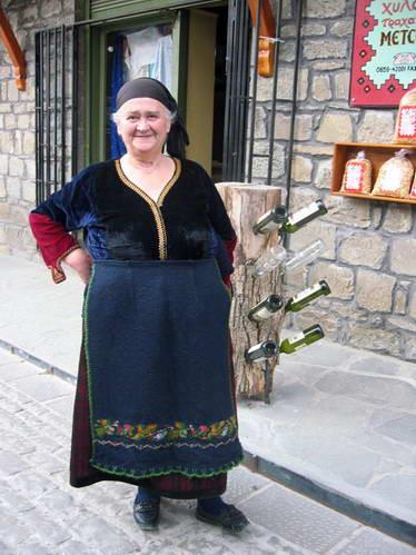 זקנה בתלבושת רומנית בכפר מצובו, צפון יוון