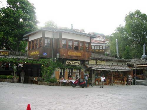 הכיכר המרכזית בכפר מצובו, צפון יוון