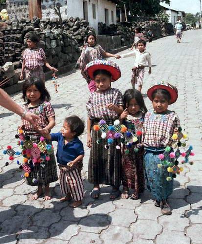 ילדים מנסים למכור את מרכולם, גואטמלה