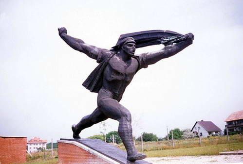 פסל החייל הפוסע בבודפשט, הונגריה