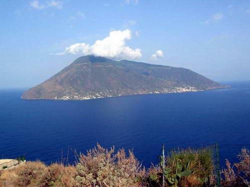 תצפית על האי וולקנו מהאי ליפארי