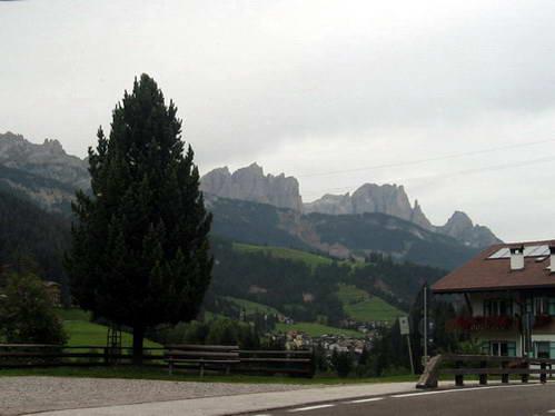 העיירה מואנה ורכס רוזנגארטן, איטליה