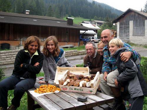 משפחה איטלקית דרומית ושלל הפטריות שאספה