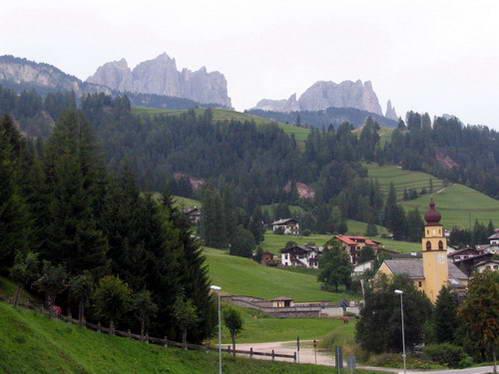 העיירה סורגה בעמק ואל די-פסה, איטליה