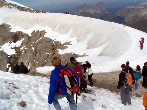 קיץ על קרחון המרמולדה ונופי הדולומיטים ברקע