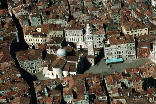 מבט על גגות ונציה והגראנד קנאל