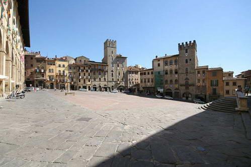 הכיכר המרכזית של ארצו - פיאצה גראנדה, איטליה