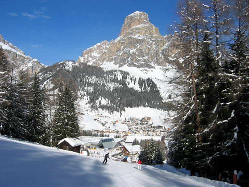 העיירה קורברה בעמק אלטה באדיה, איטליה