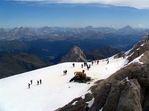 מטיילים על קרחון המרמולדה, קיץ בהרי הדולומיטים