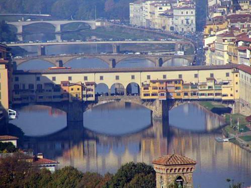 נהר הארנו וגשר פונטה ווקיו בעיר פירנצה