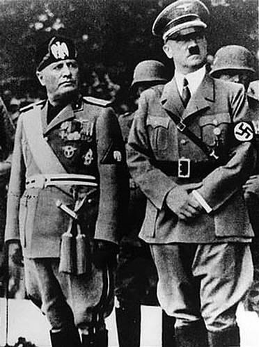 בניטו מוסולינו לצידו של אדולף היטלר