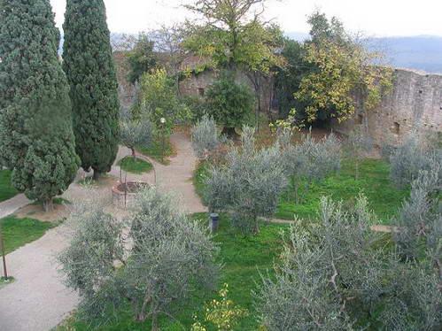 חצר המבצר בסן ג'ימיניאנו, טוסקנה, איטליה