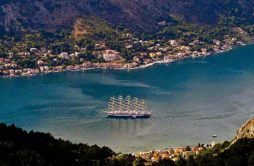 ספינה במימי מפרץ קוטור