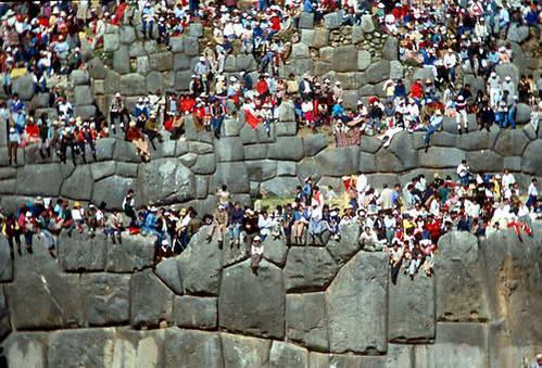 בני האינקה צופים בחגיגות האינטי-ראיימי מעל חומת סקסייווימן, פרו