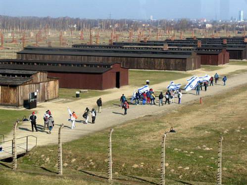 משלחת בני נוער ישראלים במחנה ההשמדה אושוויץ