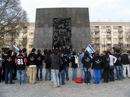 טקס של משלחת נוער לצדי אנדרטת רפפורט