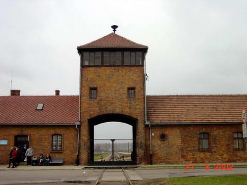 הכניסה למחנה ההשמדה בירקנאו