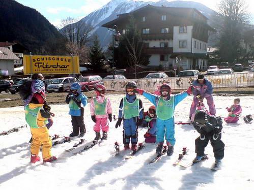 קבוצת סקי לילדים קטנים