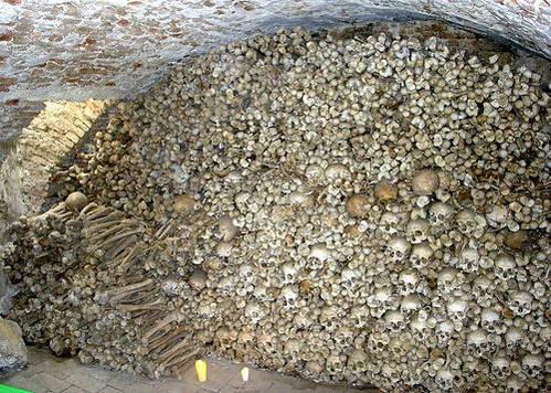 שלדים במערות הקבורה שמתחת למצודה