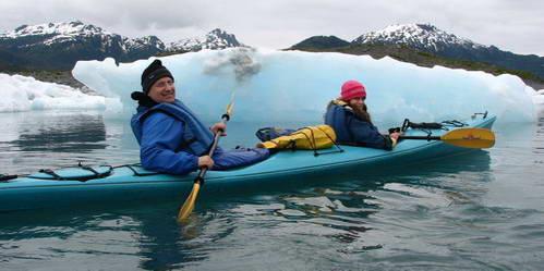 רפי וספיר שטים בקיאק לצד קרחונים כחולים
