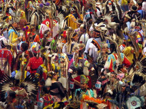 אינדיאנים בלבוש מסורתי בתחרויות Pow Wows